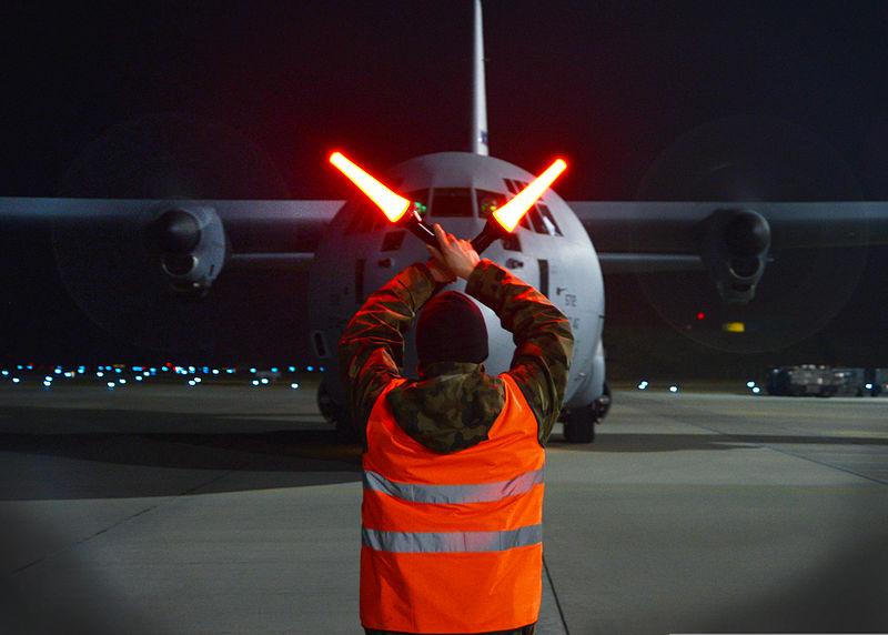 Gaji Marshaller Alias Tukang Parkir Pesawat di Indonesia Berapa, Ya? Mau Ambil Licensi Marshaller, di SULFEC Aja… Semua Licenci Lengkappppp…..
